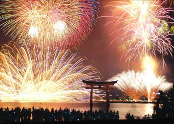 日本宮島旅遊處昨日宣布中止每年八月下旬舉辦的「宮島水中花火大會」,近半世紀的歷史就此畫下句點。(圖擷取自《宮島觀光協會》)