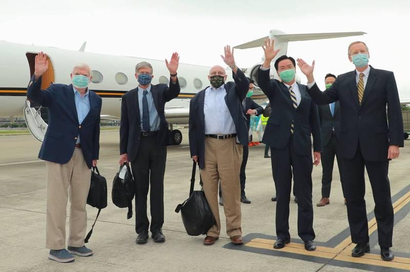 美國前參議員陶德(左一)、前副國務卿阿米塔吉(左三)及前副國務卿史坦柏格(左二)14日搭乘專機訪台,外交部長吳釗燮(右二)及美國在台協會處長酈英傑(右一)在停機坪迎接。(資料照,外交部提供)