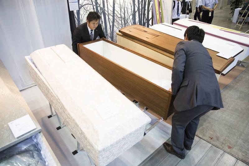 據日本媒體報導,隨著疫情蔓延,有民宿業者直接將空間便宜租給禮儀業者存放屍體,雖然此舉引發鄰居不滿,但因沒有法規限制,當局也無法禁止此事。圖為示意圖,與新聞事件無關。(資料照,彭博)