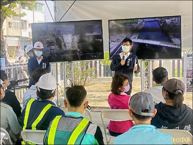 市長陳其邁(右)視察鐵道廊帶綠園道工程。(記者黃旭磊攝)