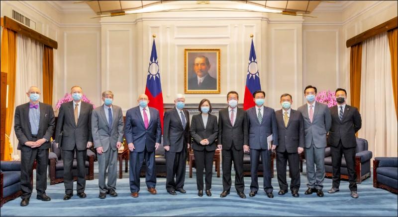 美國總統拜登派遣好友、前參議員陶德率團訪台,訪團成員包括二位前副國務卿阿米塔吉和史坦柏格,美國國務院台灣協調處處長白丹利也隨行。(取自總統府Flickr)