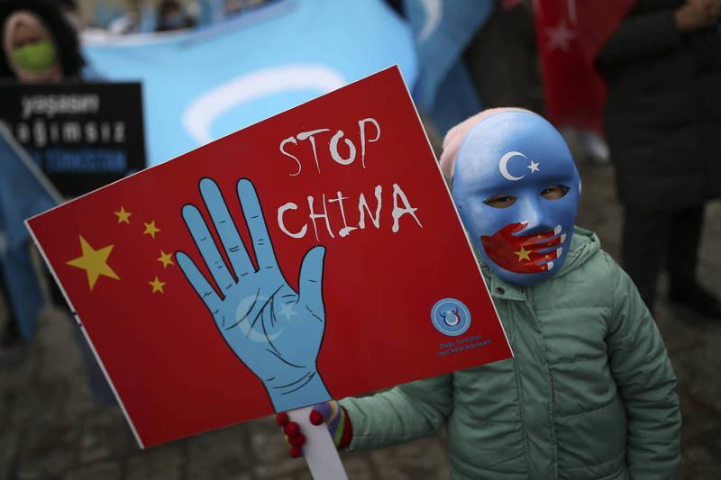 中國戰狼式外交適得其反,學者認為此舉反而提醒世人要大聲、突顯維族問題,迎戰北京的氣燄。圖為土耳其維族人3月25日在伊斯坦堡舉行反中示威。(美聯社檔案照)