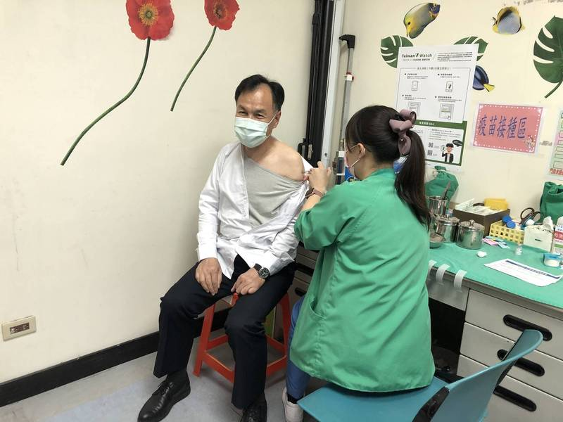連江縣長劉增應昨天下午前往連江縣立醫院接種AZ疫苗,他表示,就跟打疫苗一樣,沒有不舒服感覺。(記者俞肇福翻攝)