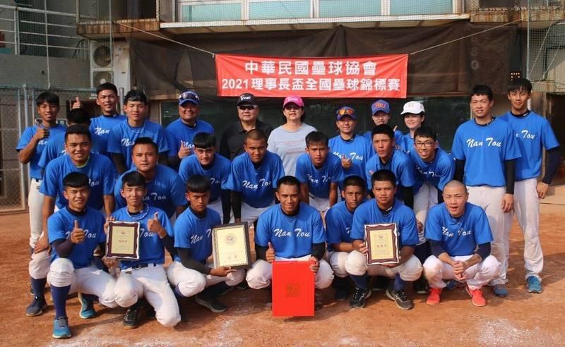 南投縣男子壘球隊,在2021理事長盃全國壘球錦標賽奪冠。(南投縣政府提供)