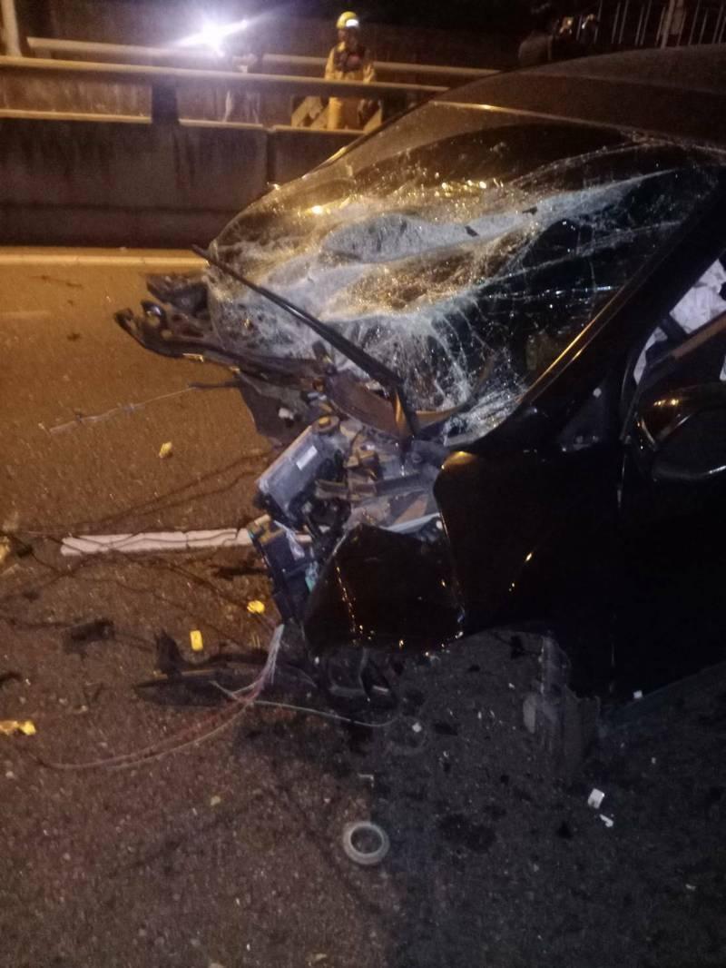 台中市大里區環中東路74號中彰快速道路匝道前,今天凌晨1點多發生黑色休旅車與白色轎車相撞的車禍意外,導致2車車頭全毀。(翻攝自記者爆料網)