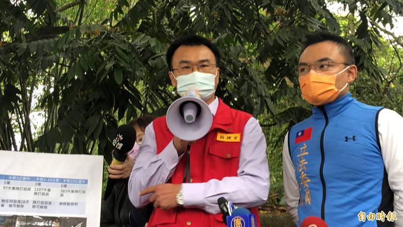 陳吉仲今前往淡水區1處牧場視察疫苗注射工作。(記者周湘芸攝)