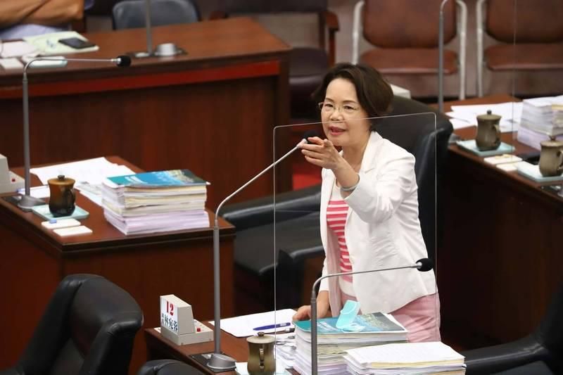 林宛蓉在議會質詢,張漢雄承諾騰出停車場安置攤商。(記者洪定宏翻攝)