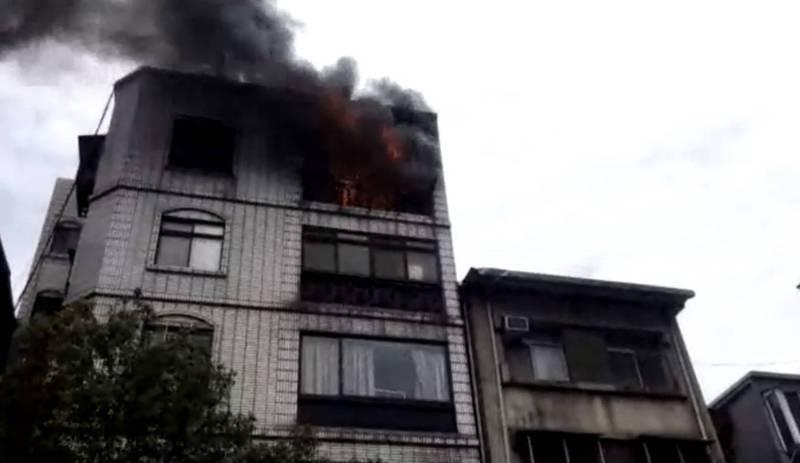 北市松山區一棟5樓的公寓大樓發生火警。(記者邱俊福翻攝)