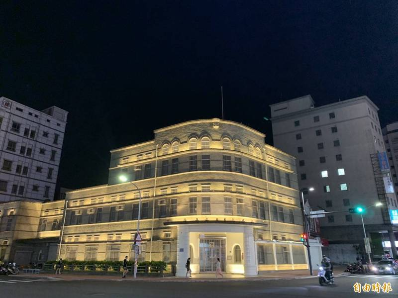 台灣菸酒公司新竹營業所是市定古蹟,新竹市政府透過夜間光環境,點亮古蹟照明,讓人抬頭就可看見古蹟美。(記者洪美秀攝)