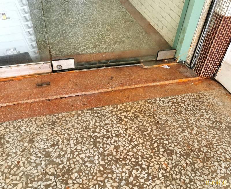 立委王定宇歸仁服務處的噴漆已進行清理,但仍留下殘跡。(記者吳俊鋒攝)