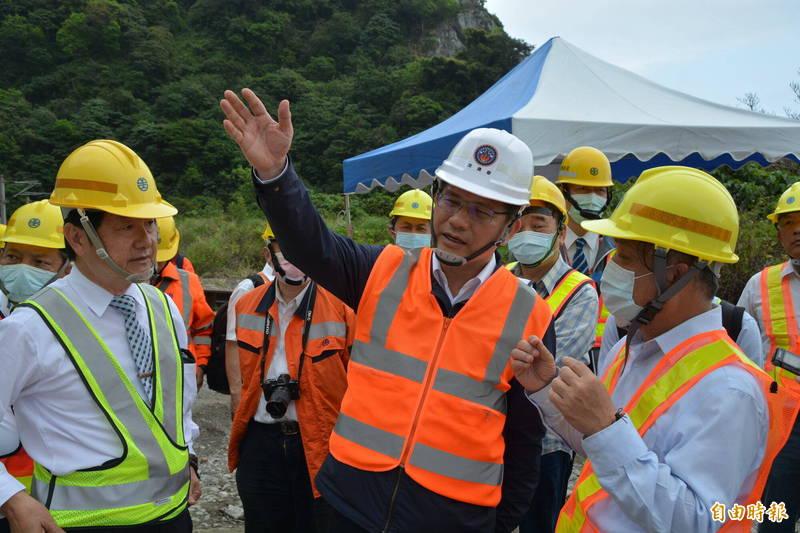 交通部長林佳龍准辭,4月20日生效,今出席太魯閣號事故現場超渡法會,並聽取修復狀況及通車進度報告。(記者王峻祺攝)
