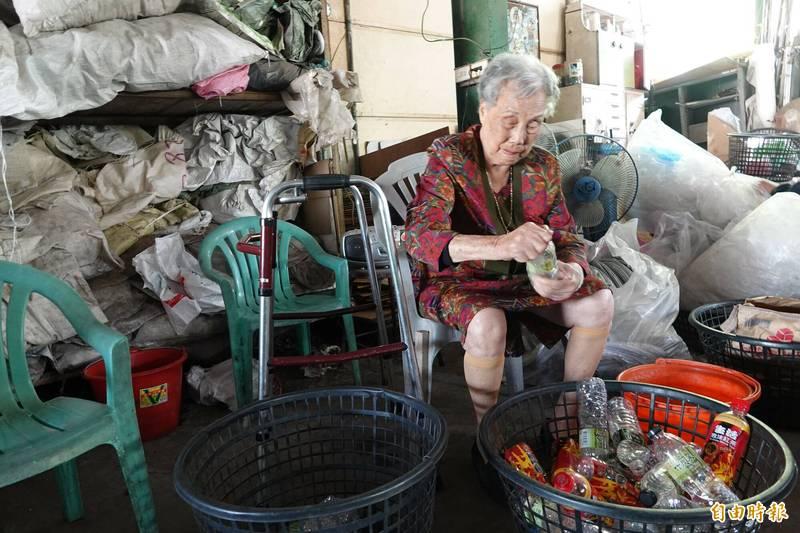 「環保阿嬤」施呂綉鳳的雙手有神力,當起環保志工就是負責壓扁寶特瓶重任。(記者劉曉欣攝)