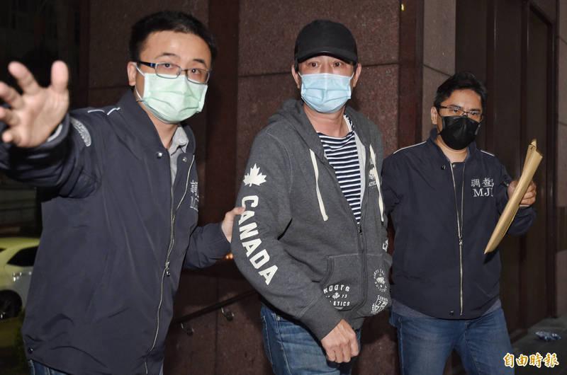 藝人王靜瑩前夫陳威陶(中)驚爆涉嫌招攬在緬甸採礦,吸金逾7億多元,今凌晨被諭令27萬元交保。(記者劉信德攝)