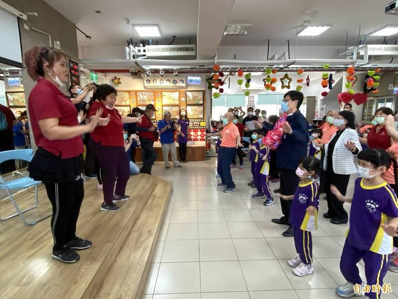 高雄市長陳其邁與長輩、幼童載歌載舞同歡。(記者洪臣宏攝)