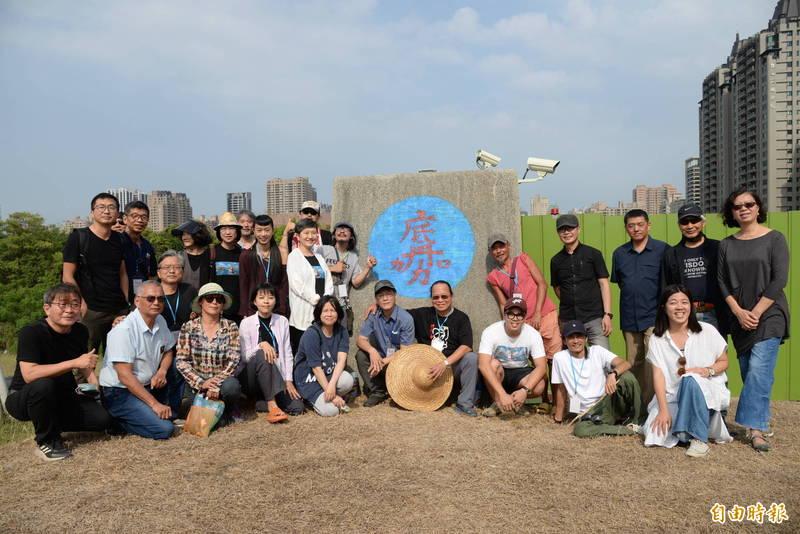 24位來自全台的藝術家,今起將在高美館園區的「午告丘」進行15天的壁畫創作。(記者許麗娟攝)