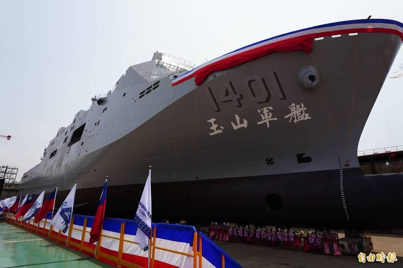 海軍萬噸級的兩棲船塢運輸艦「玉山艦」已在本週命名下水,艦上將配備2座艦射型天劍2型飛彈的斜式發射箱。(資料照)
