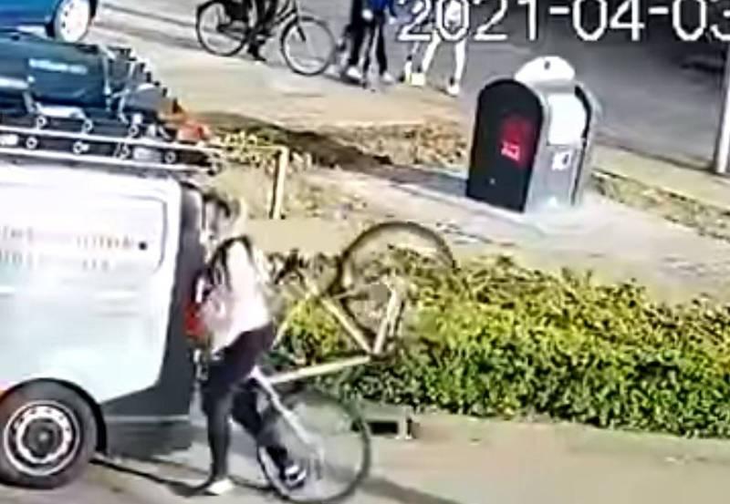 近日荷蘭一名腳踏車騎士邊騎車邊用手機,沒想到下一秒直接正臉撞上停在路邊的車輛,尷尬畫面全被監視器錄下,並在網路上廣傳。(翻攝自臉書)