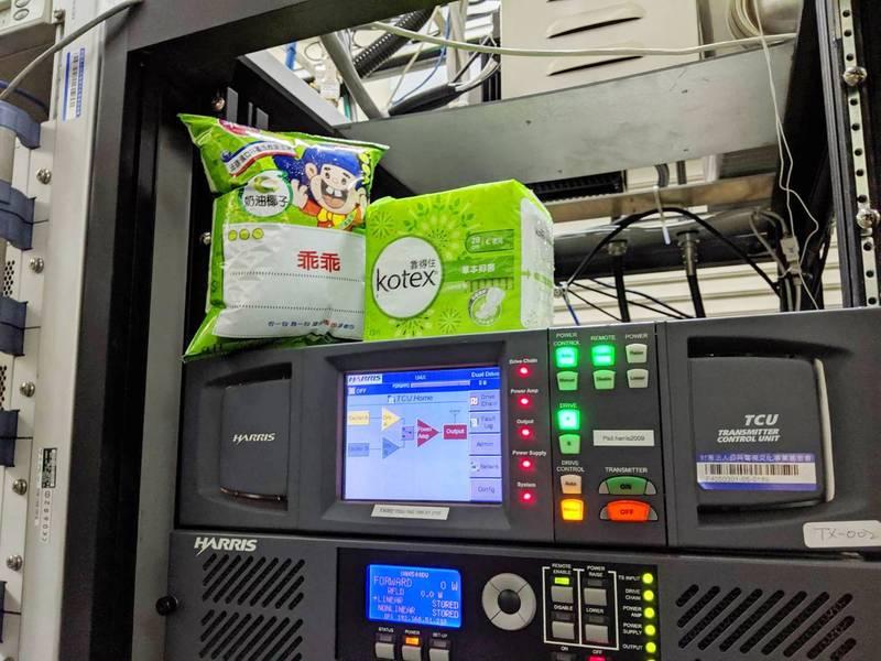圖為集集大山電視轉播站內的機器,上頭有熟悉的綠色乖乖。(南投縣府提供)