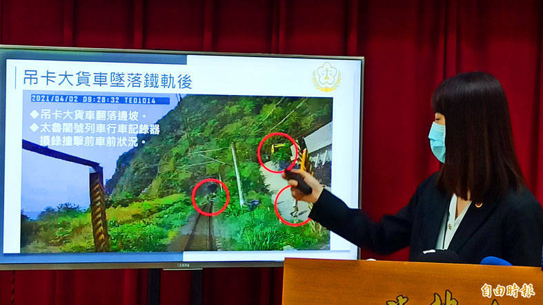 Hualien Prosecutor Chou Fang-yi yesterday points to an image of the site of the April 2 Taroko Express derailment during a news conference in Hualien. Photo: Wang Chin-yi, Taipei Times