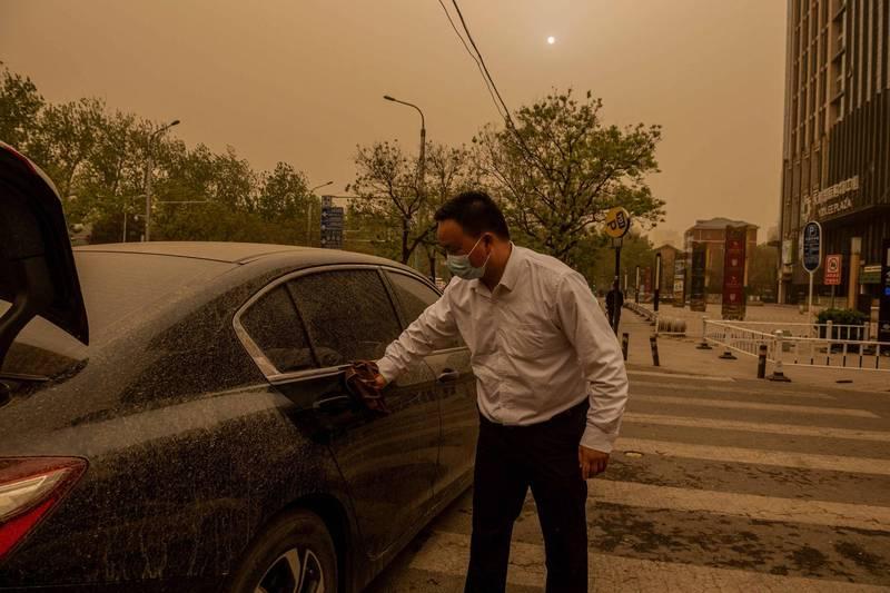 沙塵暴讓車子都是沙。(法新社)