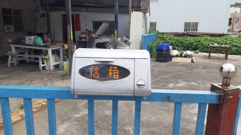 網友分享特殊信箱,竟是由烤箱改裝。(圖片截取自「路上觀察學院」)