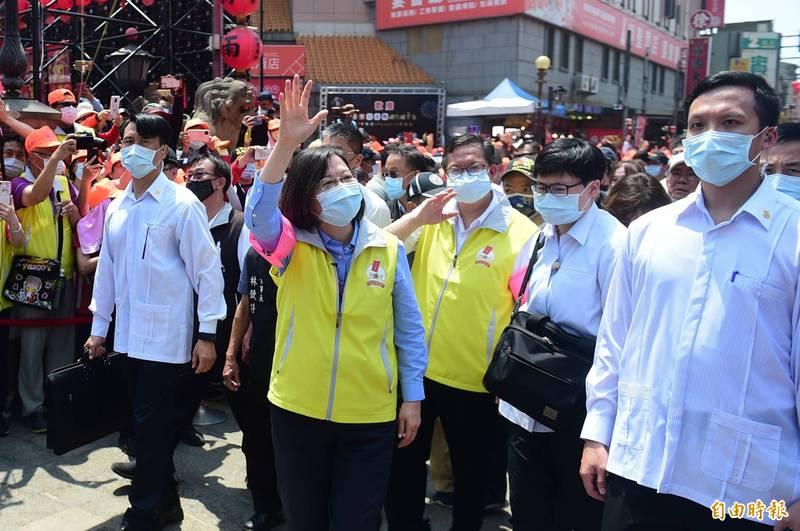 總統蔡英文與香燈腳一起步行隨香約5公里,沿途親切與民眾揮手。(記者廖耀東攝)