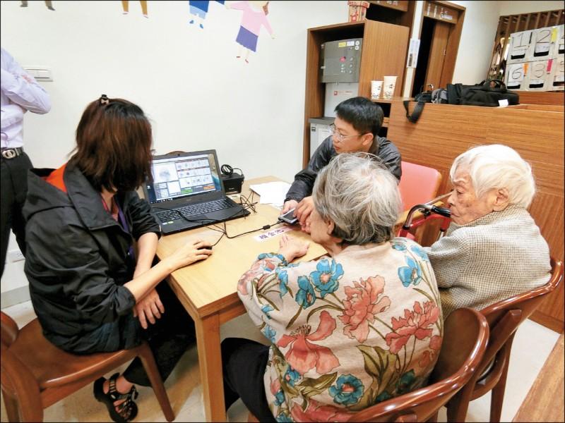 台北市警察局花費30萬元採購「數位化指紋建檔擷取」設備,取代油墨捺印,提升民眾意願。(北市議員王欣儀辦公室提供)