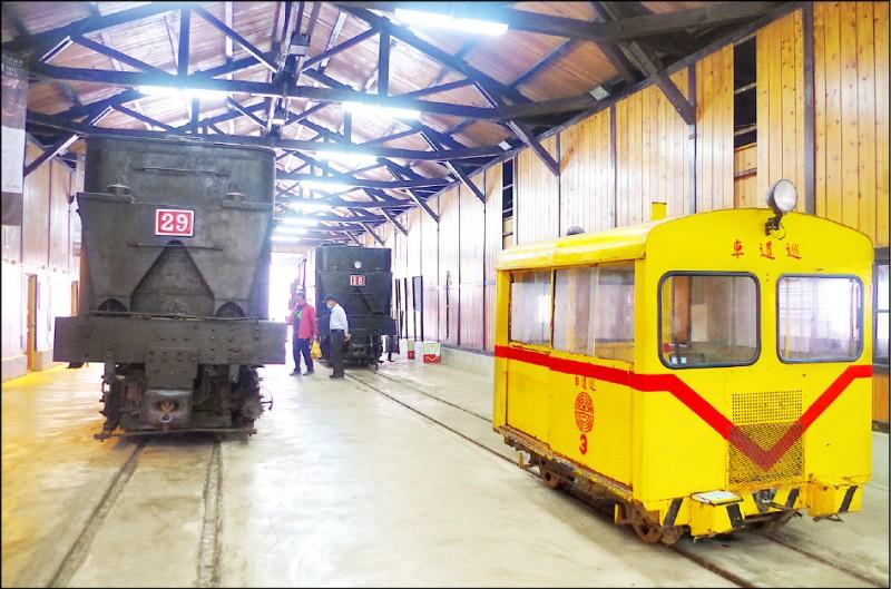奮起湖車庫內的2台百年蒸汽火車,將移出繼續展示。(記者王善嬿攝)