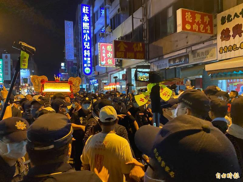 大甲媽鑾轎今天凌晨在彰化市民族路爆發推擠拉扯,場面多次失控混亂。(記者張聰秋攝)