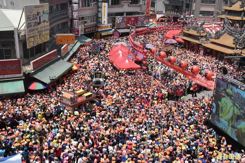白沙屯媽祖北港進香昨天抵達北港,朝天宮四周擠進10萬名信徒。(記者黃淑莉攝)