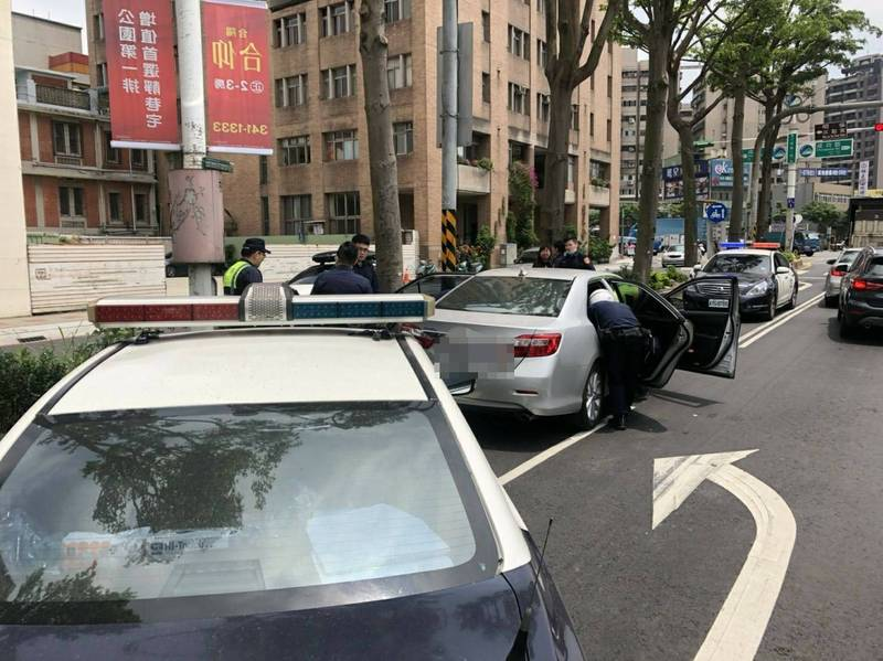 警方用警車前後包夾彭男駕駛的車輛。(記者周敏鴻翻攝)
