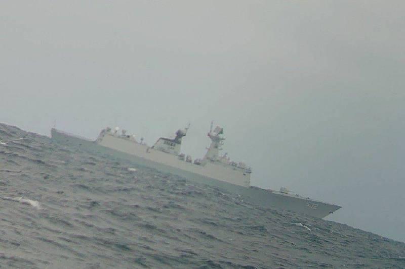 中國海軍荊州號護衛艦 ,15日下午被我方漁民直擊現身台灣淺堆。(漁民提供)