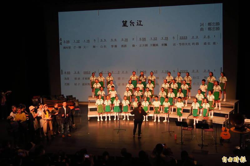 為台灣作曲寫歌《望台江》音樂會昨晚於台江文化中心登場,實現常民寫歌作曲、登台傳唱的夢想。(記者王姝琇攝)