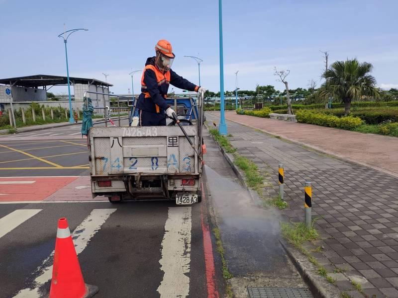 環保署與交通部及地方政府進行消毒工作,圖為台北港周邊清潔消毒實況。(環保署提供)