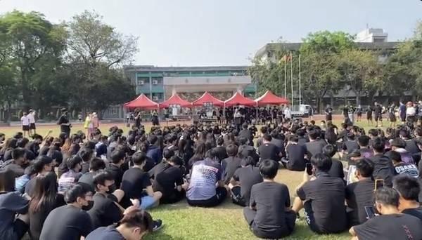 百名學生穿黑衣在鳳中操場靜坐抗議。(翻攝IG)