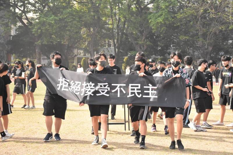 抗議學生拉起「拒絕接受不民主」布條。(學生會提供)