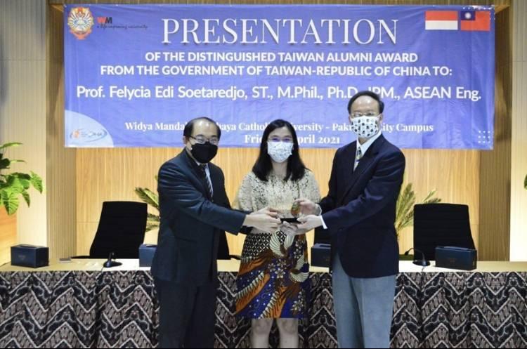 印尼韋地雅曼達拉天主教大學工程學院副院長吳慧莉(中)獲頒第2屆「全球留台傑出校友獎」。(教育部提供)