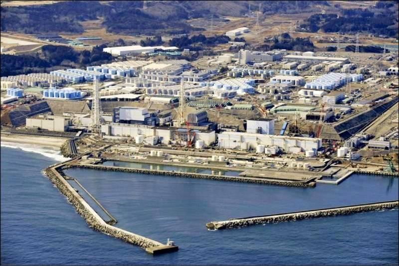 日本政府日前決定將核污水排入大海,引發國際關注,原能會近日所提出對我國影響的評估報告也被揭露,內容指出,核污水不排除透過洋流擴散至台灣附近海域,不過實際情況仍要視排放細節而定,不過包括近海、遠洋漁業皆可能受影響。(美聯社資料照)