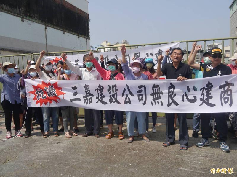 高雄岡山區民眾,抗議住家附近新建大樓的建商沒做好施工防護措施,造成巨大噪音和鄰近住宅受損。(記者許麗娟攝)
