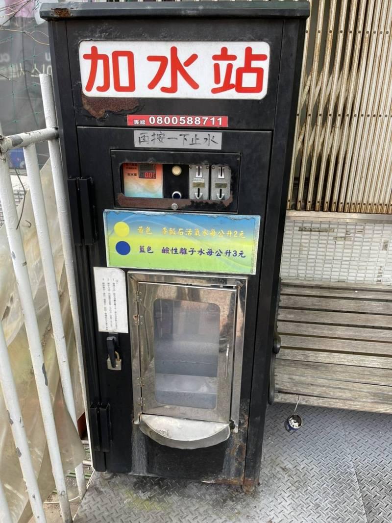 台北市議員周威佑發現,街頭常見加水站,有環境衛生的問題,擔憂用水安全。(台北市議員周威佑辦公室提供)