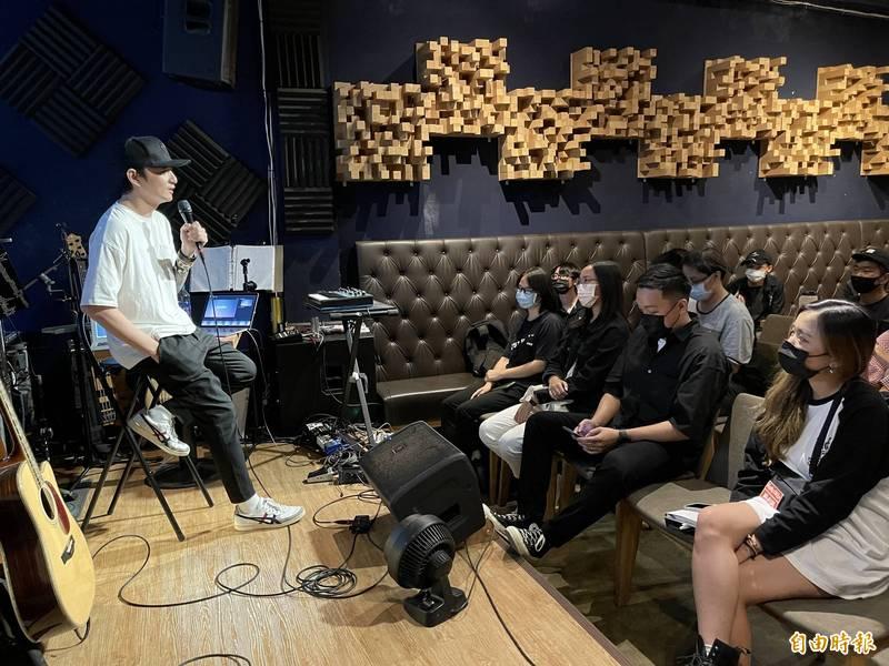 滅火器吉他手鄭宇辰台上開課,為音樂社團學生教授編曲製作。(記者許麗娟攝)