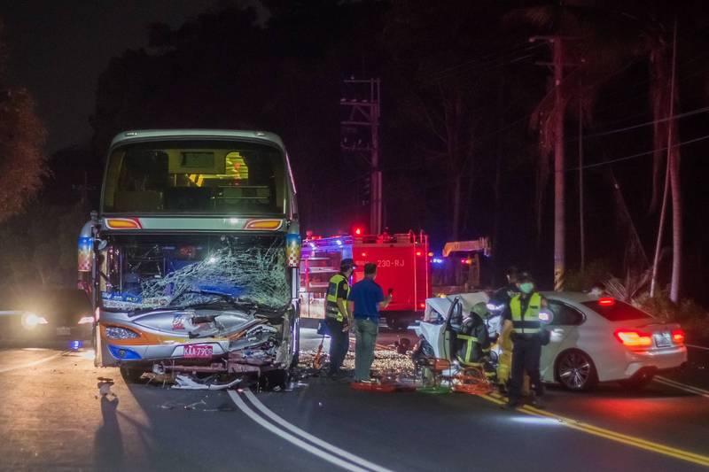 台3線嘉義縣番路鄉段今晚8點多有輛BMW轎車疑似跨線側撞對向遊覽車,釀1死4輕重傷。(王士昇提供)