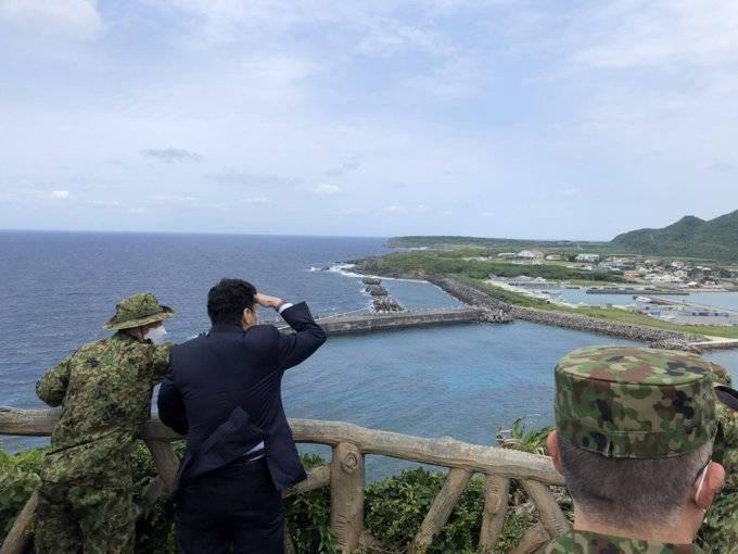 被視為親台派的日本防衛大臣岸信夫,近期前往日本最西端島嶼的與那國島視導,岸信夫今在推特貼出照片,他站在岸邊往台灣方向遙望,並說因為多雲而無法看到台灣,藉此表達台日兩國鄰近,共同面臨來自中國的威脅。(擷自岸信夫推特)