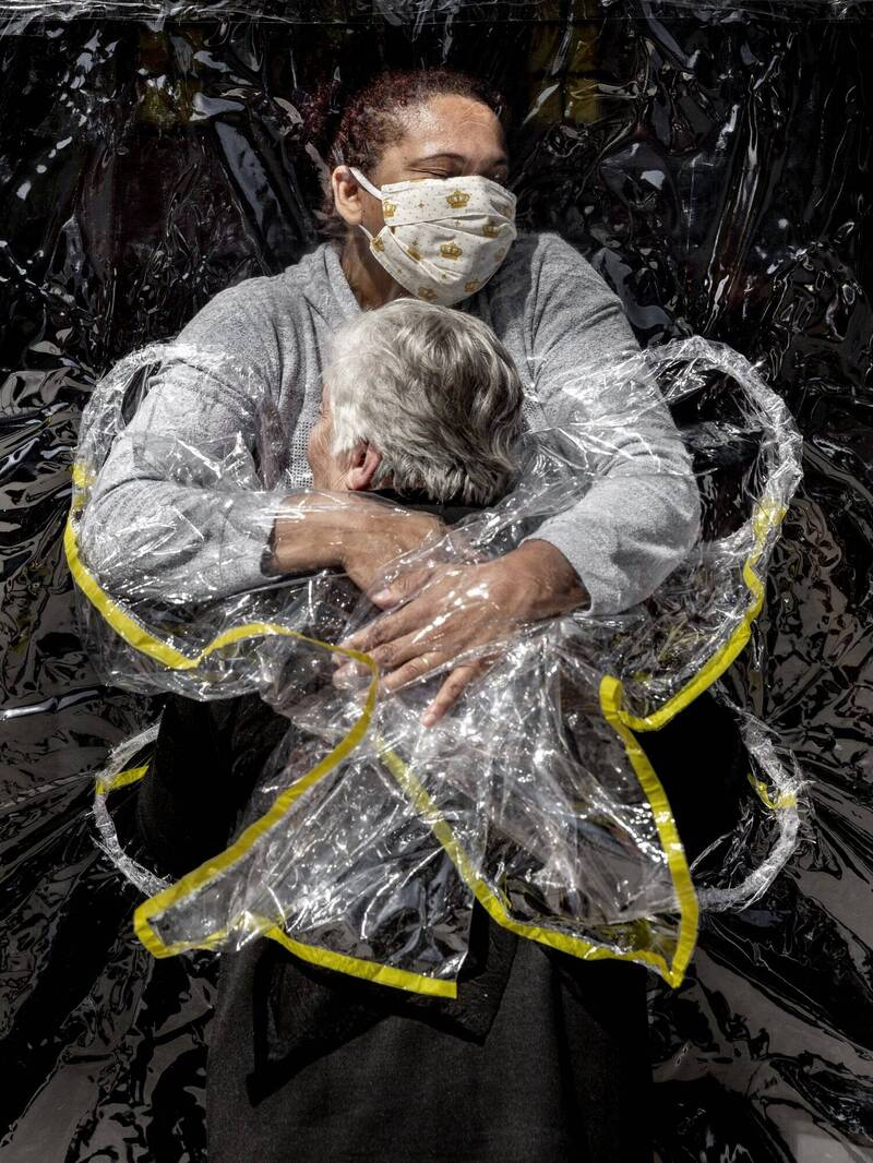 2021年度世界新聞攝影獲獎照片,丹麥攝影師尼森(Mads Nissen)想傳達「即使在最黑暗的時刻,也能找到愛」。(美聯社)