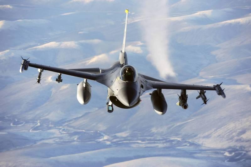 美國記者指出,美軍近日派出4架F-16戰機飛抵台灣南方海域,與羅斯福號航艦會合,但卻動用了4架KC-135空中加油機。(法新社檔案照)