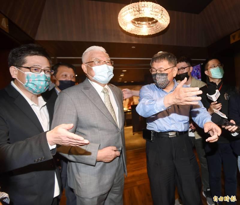 民眾黨主席柯文哲17日出席台灣民眾黨2021黨代表共識營,會中邀請前台北縣長尤清(中)做專題演講。(記者方賓照攝)
