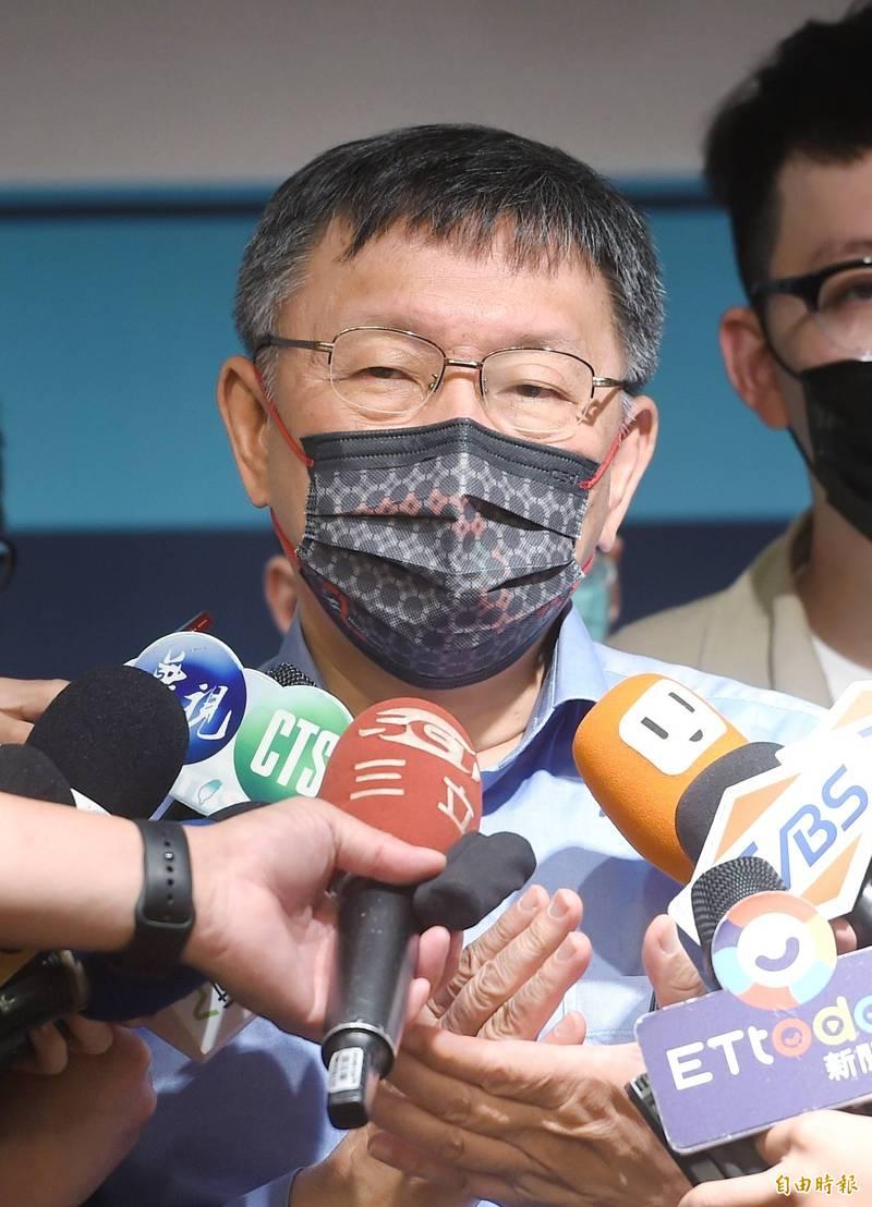 台灣民眾黨下午在凱撒大飯店召開臨時黨代表大會,黨工緊急動員、撐到1點40分,總算通過法定開會人數,民眾黨主席柯文哲走出休息室還說「關關難過關關過」。(記者方賓照攝)