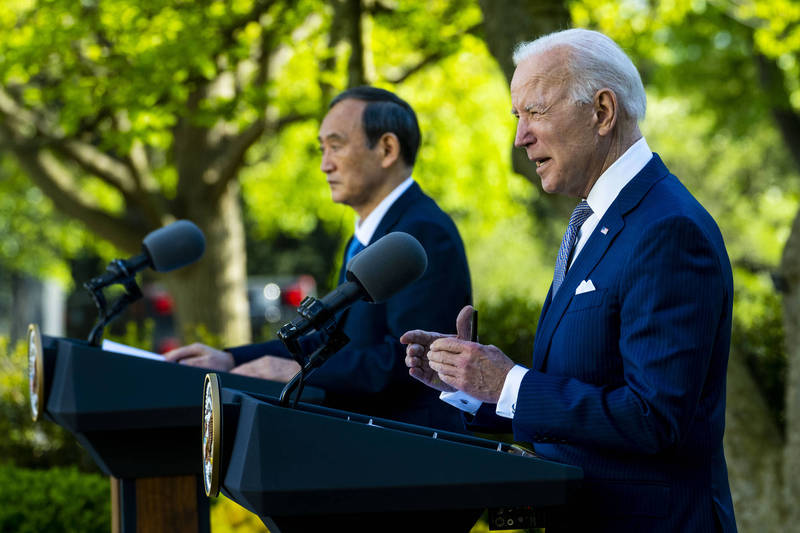 美國總統拜登(右)今天在華府與到訪的日本首相菅義偉(左)舉行峰會,美發表聯合聲,兩國領袖誓言堅定聯手抗衡中國。(彭博)