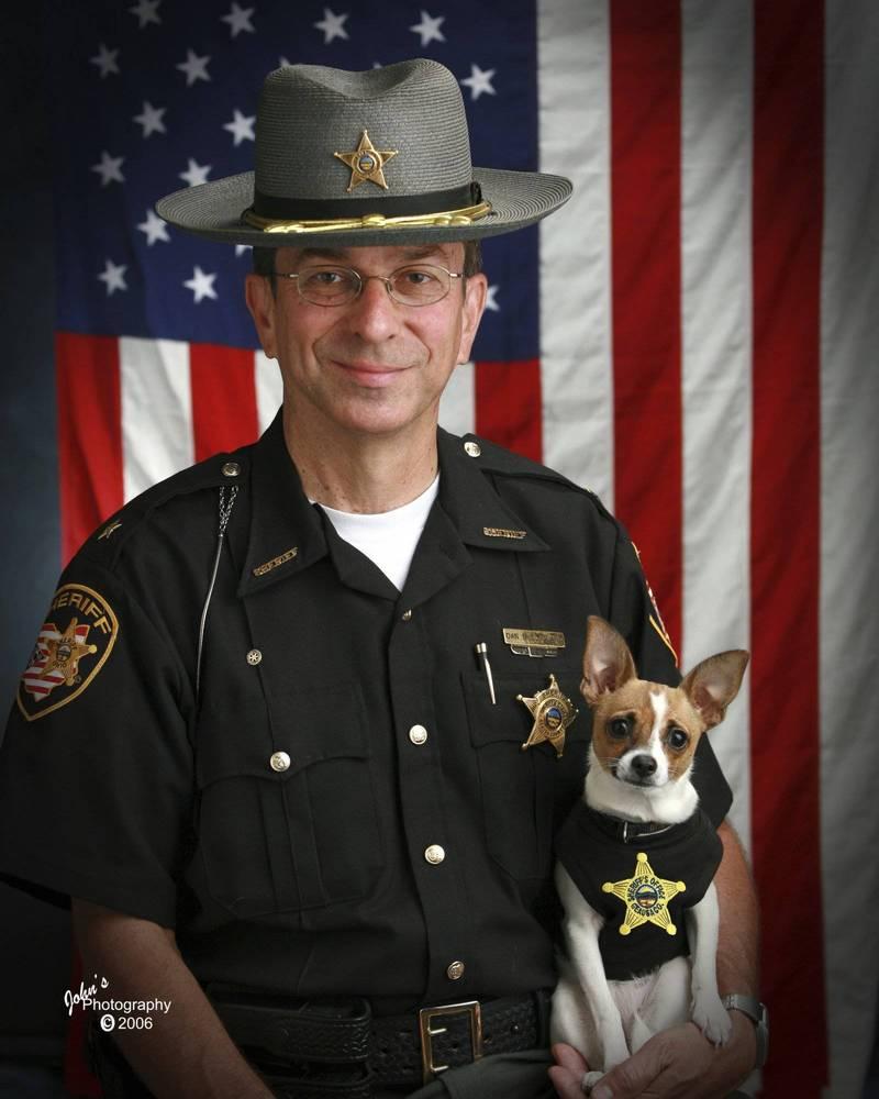 美國退休警長麥克利蘭(Dan McClelland)癌逝,其警犬夥伴米奇(Midge)也在同天離世,家屬決定將這對搭檔葬在一起。(美聯社)
