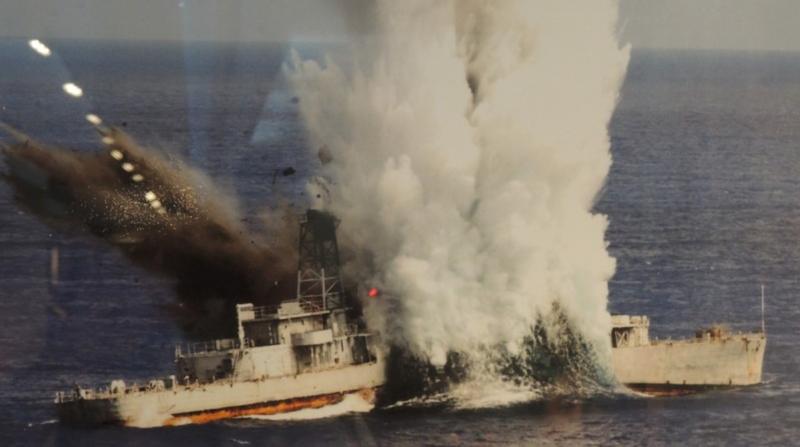 海軍劍龍級潛艦發射重型魚雷擊沉靶艦。(資料照,翻攝自海軍隊史館)
